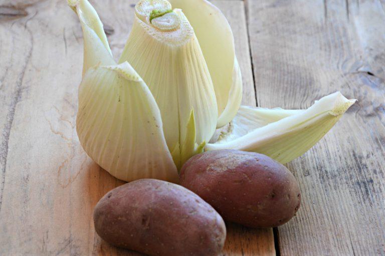 Procedete con uno strato di finocchio e uno di sarde, salate e pepate ogni strato.