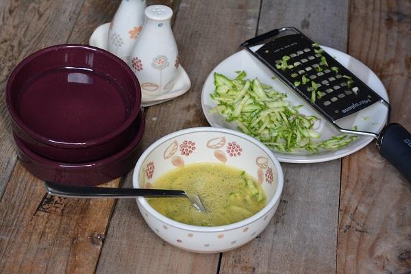 tagliare a julienne la zucchina e saltarla in padella per qualche minuto con Vallé. Sbattere l'uovo in una ciotola e aggiungere le zucchine, sale, pepe e salvia.