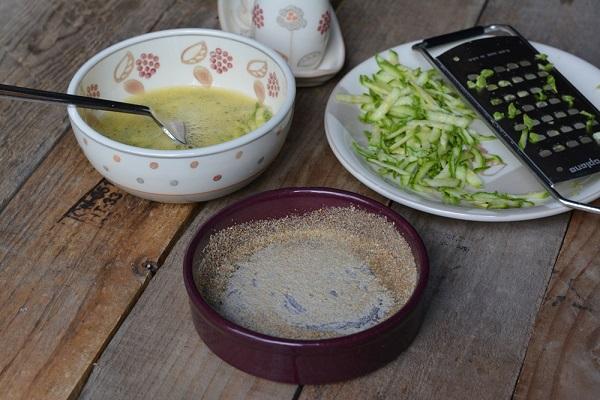 oliare lo stampo per il tortino e passare del pan grattato