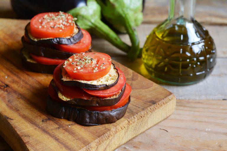 con le melanzane formare una piccola torretta alternandole con i pomodori. Aggiungere  olio, sale, pepe, origano e qualche alice sminuzzata. Successivamente infornare per circa 15min. a  180° gradi. Servire aggiungendo un alice e del basilico fresco.