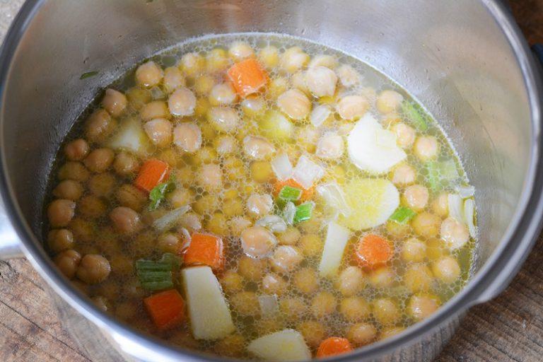 in una pentola far soffriggere la cipolla con dell'olio e aggiungere sedano e cipolla e successivamente anche le patate e i ceci. Proseguire la cottura per almeno 30min.
