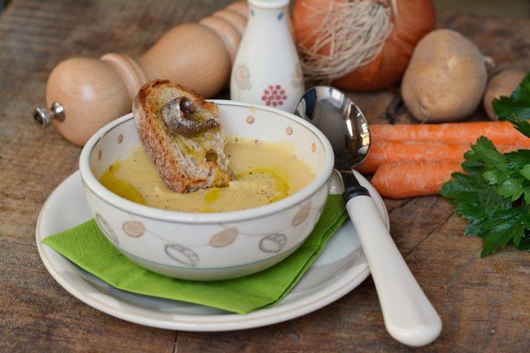 Servire la vellutata con un crostino di pane e alici, salare e pepare