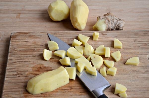 Pelate le patate e tagliatella tocchetti, pelate anche lo zenzero