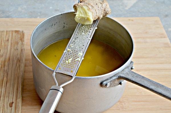 Mettetele dentro un tegame e coprite con il brodo, grattugiate lo zenzero e cuocete per 45'