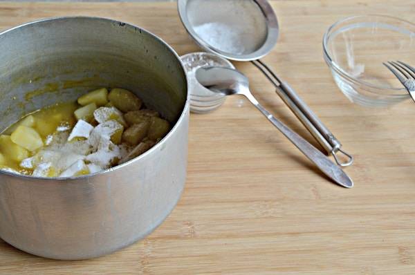 Setacciate la fecola, sbattete leggermente l'albume e uniteli alle patate. Frullate e impiattate, decorate con la crescenza, una macinata di pepe, qualche pistillo di zafferano e servite calda.