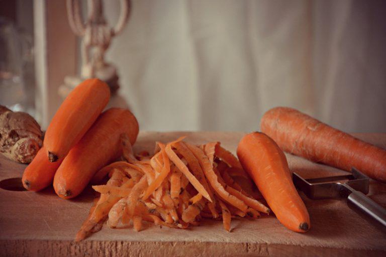 Pelate le carote, tagliatele a rondelle con l'aiuto di un robot e ponetele dentro la casseruola con mezzo litro d'acqua