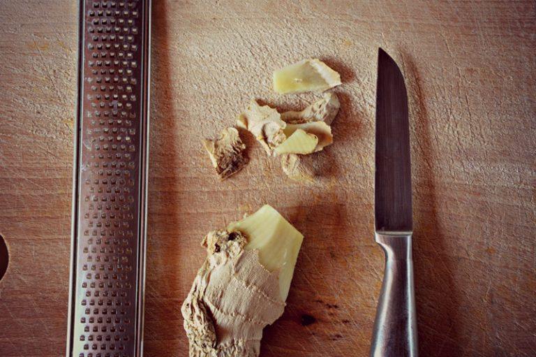 Unite lo zenzero grattugiato, salate, coprite con un coperchio e portate a cottura