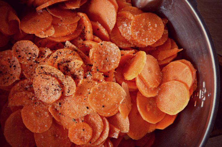 A fine cottura frullate fino a raggiungere una consistenza setosa, pepate.