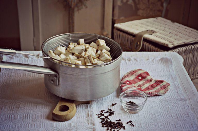 cuocetela al vapore aromatizzando l'acqua in ebollizione con i chiodi di garofano. Circa 10-15 minuti.