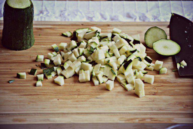 Lavate e spuntate le zucchine, asciugatele e tagliatele a dadini molto piccoli