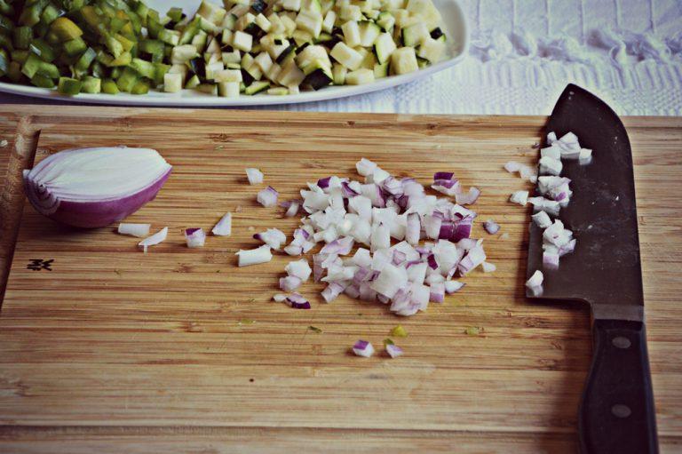 Mondate la cipolla e tagliatela a dadini piccoli