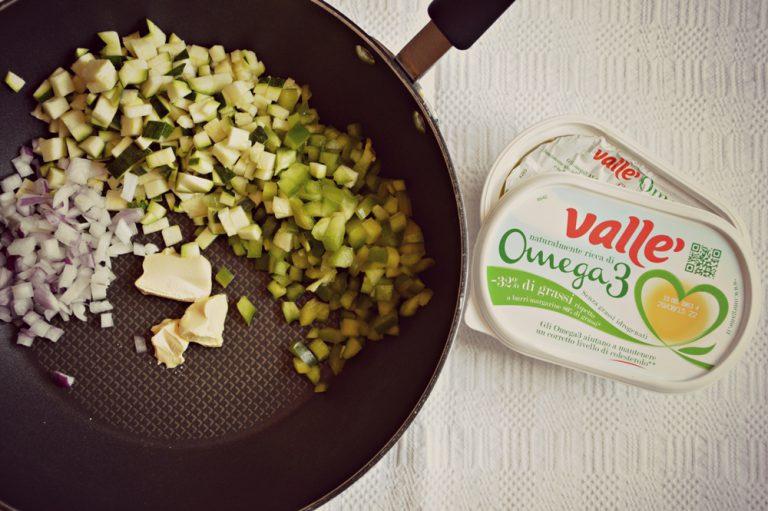 In un wok mettete valle', insieme con le verdure tagliate a dadini e cuocete pochi minuti facendo perdere un po' la croccantezza. Salate e aromatizzate con il basilico tagliato a pezzetti.