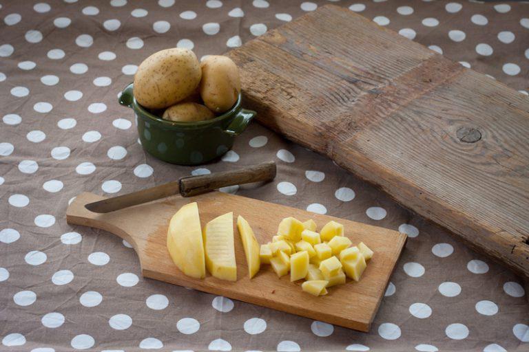 Tagliate le patate in tocchetti