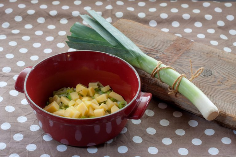 Sciogliete la margarina in una pentola e aggiungete i porri, abbassate la fiamma e aggiungete le patate Ricoprite con il brodo e cuocete per 20 – 30 minuti