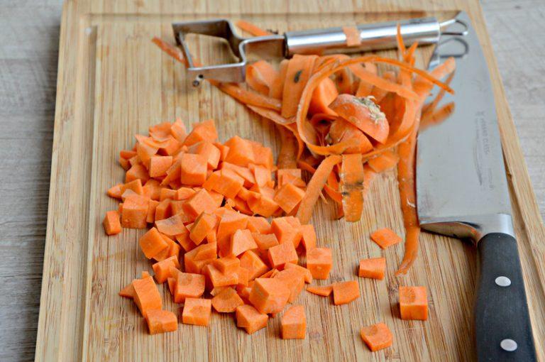 Pelate le carote e tagliatele a dadini