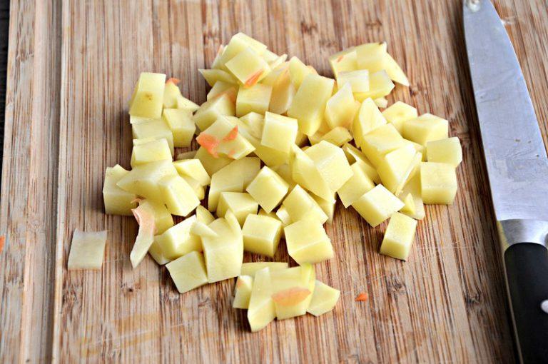 Pelate le patate e riducetele a dadini