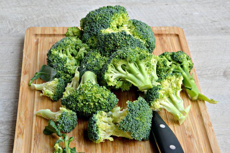 Mondate il broccolo, riducetelo in cimette e lavatelo