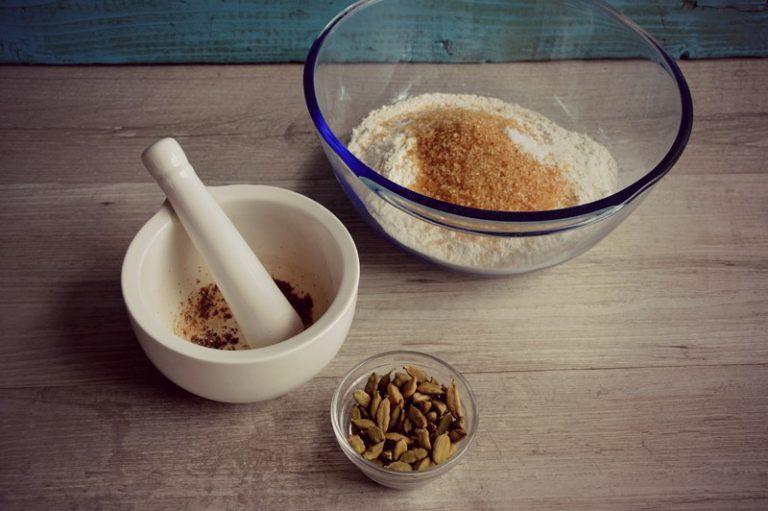Preparate l'impasto sciogliendo 50 g di Vallé con il latte, fate intiepidire e metteteli dentro una ciotola, sbriciolate il lievito e mescolate. In una ciotola grande mescolate la farina, il sale, 50 g di zucchero e i semi di cardamomo ridotti in polvere.