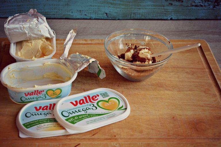 Mescolate la cannella con lo zucchero e la valle' rimasti, amalgamate con una paletta leccapentola.