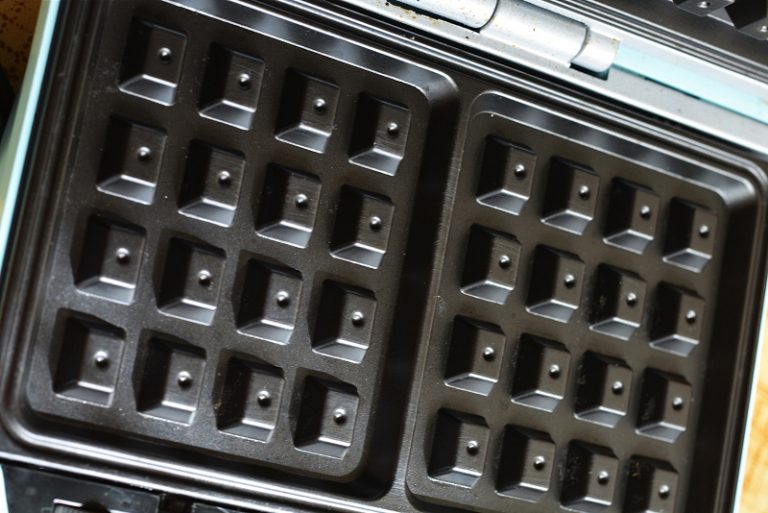 preparare i waffle con l'aiuto di una piastra elettrica. Fateli cuocere circa 3 minuti.