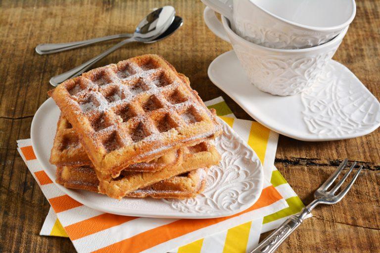 servire i waffle con abbondante zucchero a velo