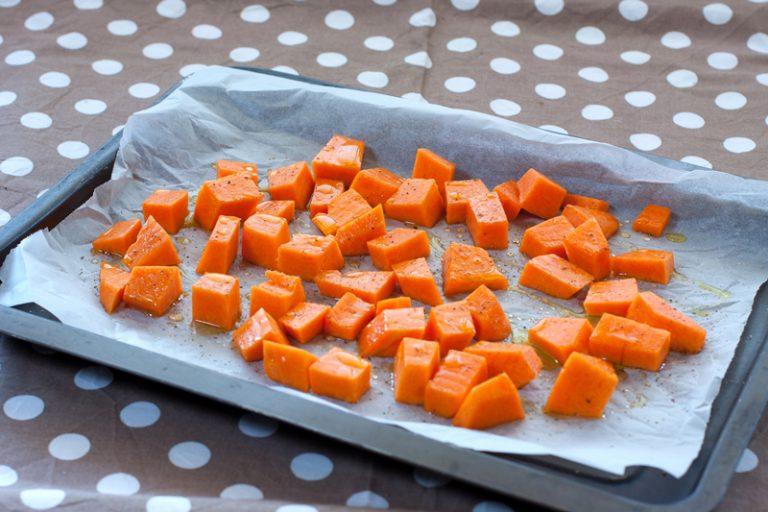 mettetela sulla carta forno con il miele, il sale ed il pepe. Arrostitela per 20 minuti girandola a metà cottura.