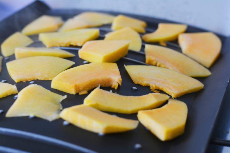 arrostire la zucca su una griglia, lasciarla cuocere per almeno 3-4 minuti da ambo i lati