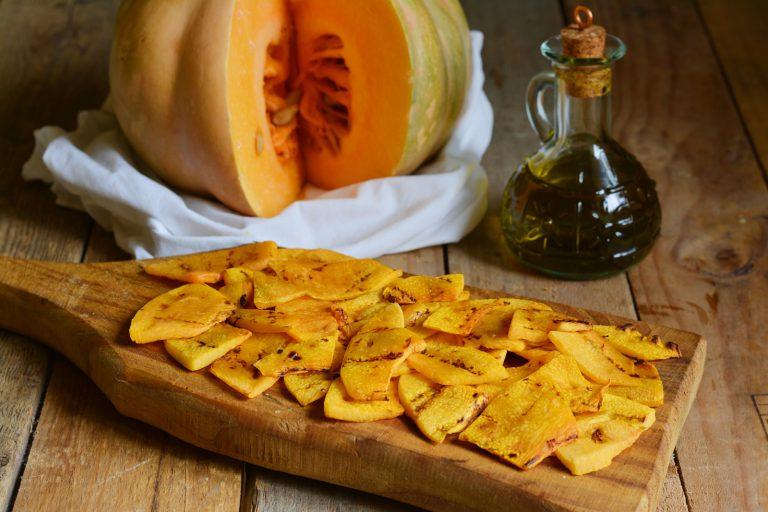 dopo averla grigliata, lasciare la zucca raffreddare completamente. Successivamente  condire con olio, sale, menta, origano, aceto, semi di lino e sesamo.
