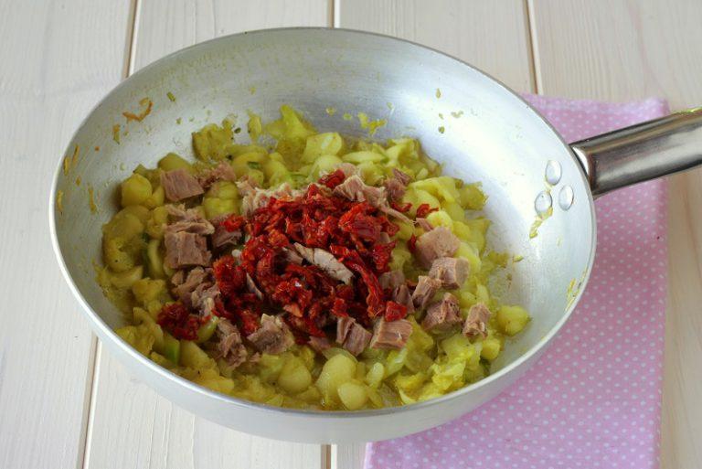 Sminuzzate il ripieno degli zucchini e passatelo in padella con il soffritto per una decina di minuti, regolate di sale. Trasferite il tutto in una ciotola e lasciate intiepidire, unite i pomodorini secchi tagliati in piccoli pezzetti, unite il tonno spezzettato grossolanamente ed il parmigiano, mescolate bene e farcite gli zucchini bombetta.