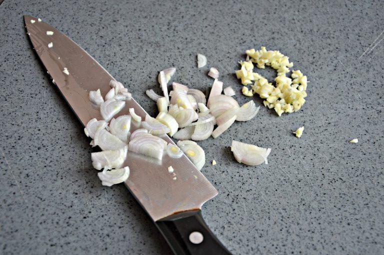 Tritate l'aglio e lo scalogno