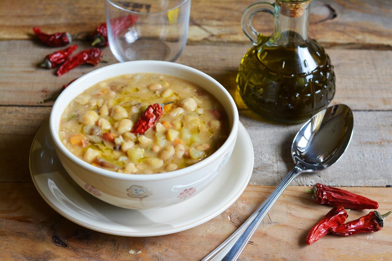 Zuppa di legumi con castagne e funghi