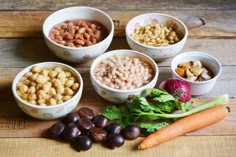 Per prima cosa sarà necessario cuocere i legumi. Vi consiglio di procedere alla  cottura dei legumi singolarmente in quanto i fagioli hanno una cottura diversa dai ceci,  nonché dalla soia.