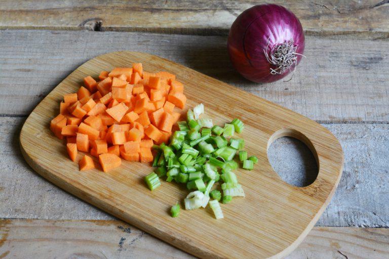 Nel frattempo cuocere le castagne in abbondante acqua privandole della buccia.  Salare e pepare. Tritare finemente sedano e carota e lasciar soffriggere per qualche  minuto insieme ad olio e cipolla.
