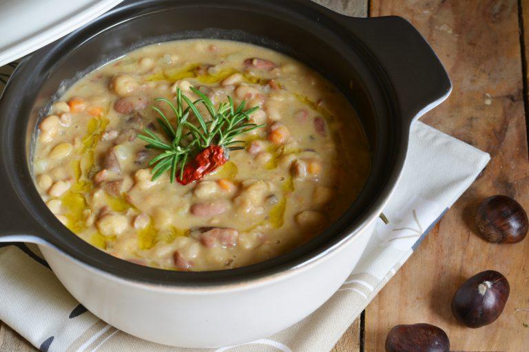 procedere alla cottura della zuppa, aggiungendo tutti i legumi, le castagne e i  funghi porcini fresci. Cuocere a fuoco lento e solo alla fine aggiungere del rosmarino  fresco, macinata di pepe nero e filo d'olio extravergine