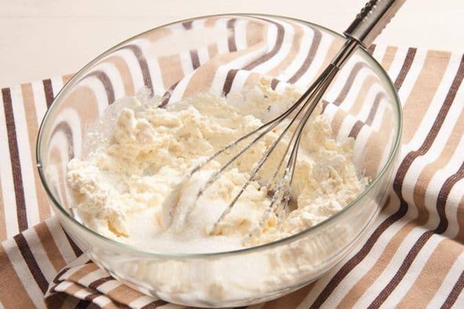 Cuoci, nel forno preriscaldato a 200°, per 5 minuti circa. Nel frattempo lavora la ricotta con lo zucchero semolato