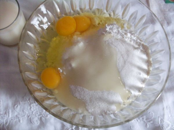 Lavorare tutti gli ingredienti insieme: farina, uova, zucchero, vallè a pezzettini ed il liquore a scelta. Frullare ed aggiungere il latte, infine il lievito e la scorza di limone.