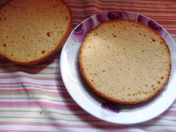 Una volta raffreddate dividete le due torte a metà e farcite ciascuna base come preferite, io ho usato la marmellata di mirtilli