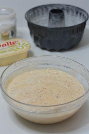 amalgamare il tutto con Vallé sciolta a bagnomaria e la farina setacciata insieme al lievito