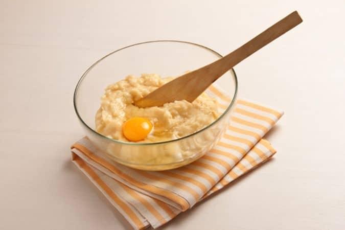 Metti in una casseruola l'acqua, la margarina, il sale e la stecca di vaniglia, metti sul fuoco e porta a ebollizione; quando bolle elimina la stecca di vaniglia e versa in un solo colpo la farina setacciata. Mescola energicamente e fai cuocere, sempre mescolando, fino a quando il composto si stacca dalle pareti; aggiungi lo zucchero e incorpora le uova una alla volta.