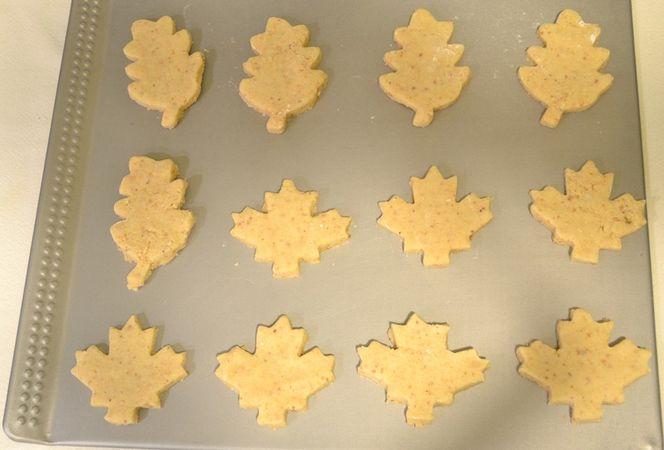 Accendete il forno a 170 gradi; quando il forno è caldo, prendete metà impasto (rimettete l'altra metà in frigo), lavoratelo brevemente per farlo diventare malleabile (non troppo) e stendetelo su un piano infarinato con ½ cm di spessore circa. Tagliate i biscotti e adagiateli su una placca antiaderente o una rivestita con carta forno. Infornate per 15-20 minuti. Ripetete con l'altra metà di impasto