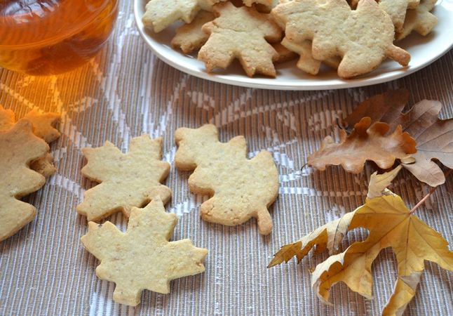 Una volta sfornati i biscotti, attendete 5 minuti prima di staccarli dalla placca, poi metteteli a raffreddare su una gratella e servite. Si conservano una settimana ben chiusi in una scatola di latta
