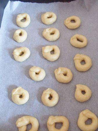 Prelevare dei pezzetti piccoli di pasta con le mani spolverate di farina e formare dei serpentini circa di 8 cm e dargli la forma di tarallino.