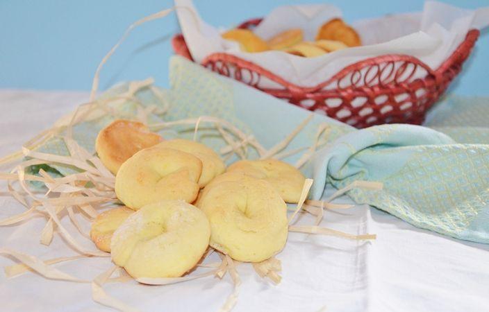 Una volta riempita la placca rivestita di carta forno spolverizzare di zucchero e infornare a 200 ° per 10 minuti. continuare fino a finire l'impasto .