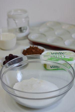 mescolare la farina e il lievito con lo zucchero