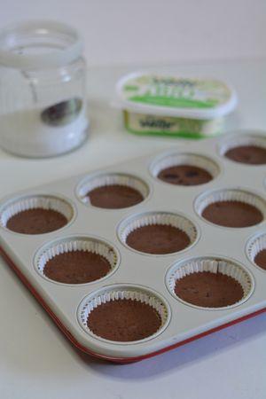 dividere il composto nello stampo da muffin e aggiungere se volete ciliegie o amarene in sciroppo. Infornare per circa 20min. a 160°