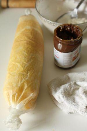 Arrotolare aiutandosi con la carta da forno sottostante, chiuderla all'interno della stessa e riporre in frigo per almeno due ore per farla rassodare.