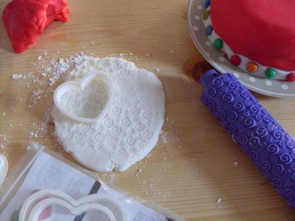 Procedere con le decorazioni in pasta di zucchero, seguendo la vostra creatività.