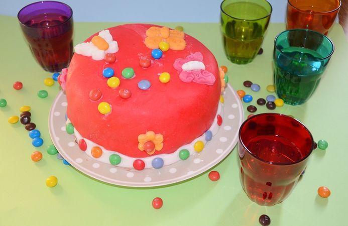 Potete decorare servendovi anche di cioccolatini o zuccherini.