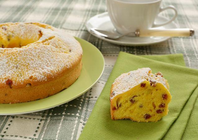 Controllate la cottura con uno stecchino quindi sfornate e dopo 15 minuti togliete il dolce dallo stampo e lasciatelo ben raffreddare su una gratella. A piacere cospargete di zucchero a velo.