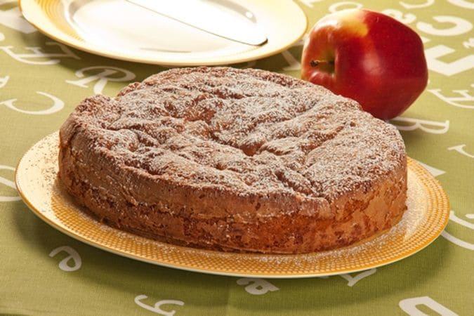 Versa il composto in una tortiera leggermente unta e infarinata e inforna a 180°C, nel forno preriscaldato, per 45 minuti circa. Lascia raffreddare un po' prima di sformare e servi dopo aver cosparso la superficie con lo zucchero a velo.Buona torta da Vallé ♥